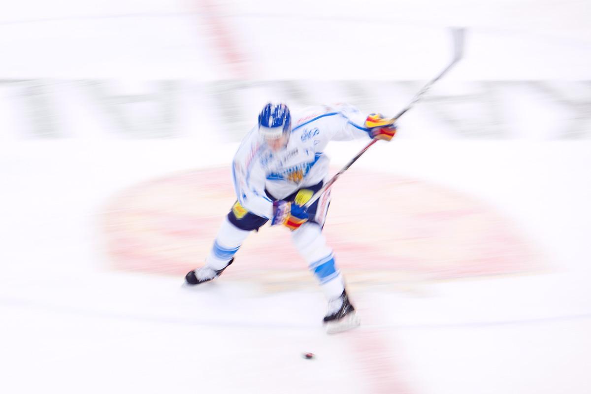 Jääkiekkolija pelaamassa