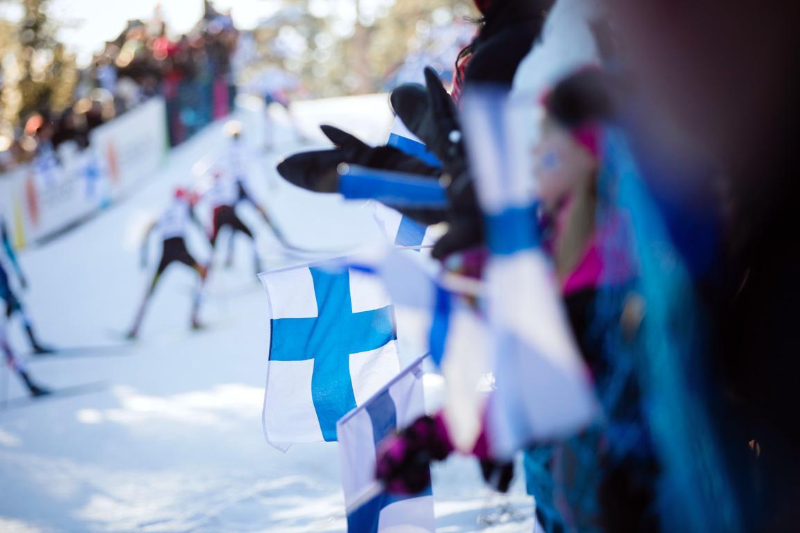 Ihmisiä kannustamassa katsomosa Lahden MM 2017 hiihtokilpailussa