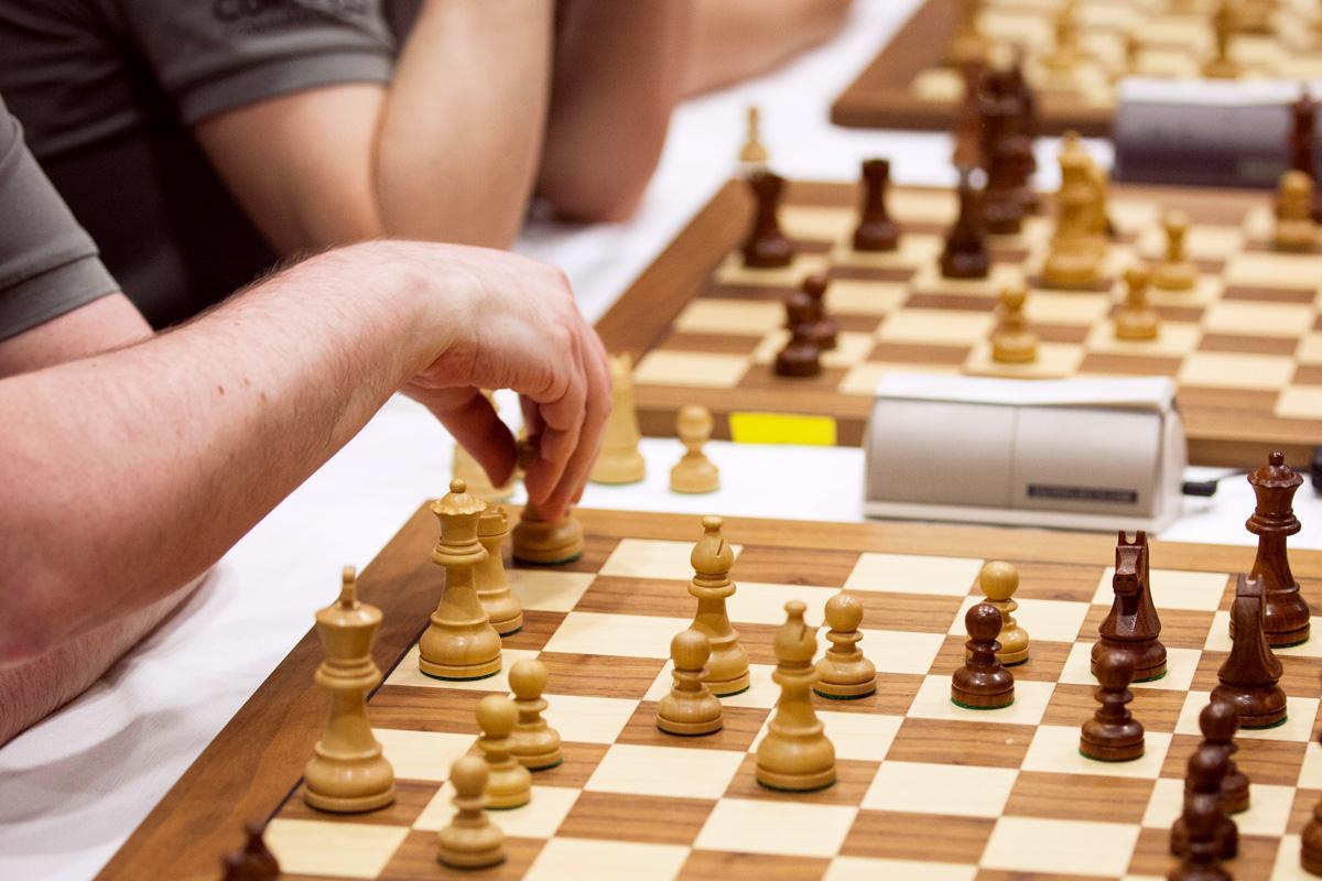 Lähikuva shakin pelaajista SM-kilpailussa