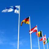Maiden lippuja tuulessa